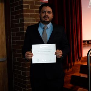 Dr. Daniel Duque con su reconocimiento