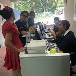 Personal administrativo participando del Giving Day