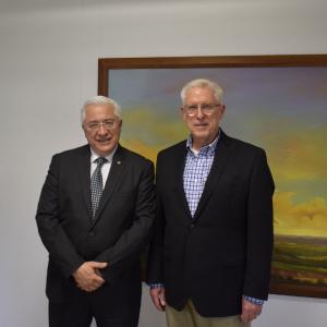 Fotografía del rector de la Universidad CES y el Dr. Gary Charles de la Clínica Mayo