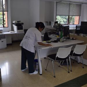 Foto de brigada de aseo exhaustiva en la Universidad CES