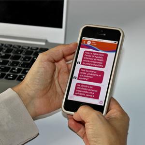 Dr. con un celular en la mano, revisando la app hola Dr.