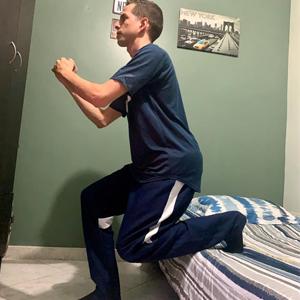 Fotografía de profesor de fisioterapia haciendo ejercicios con una postura correcta