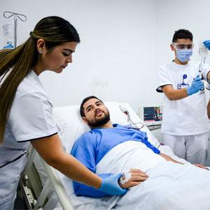 Fotografía de personal de enfermería atendiendo un paciente