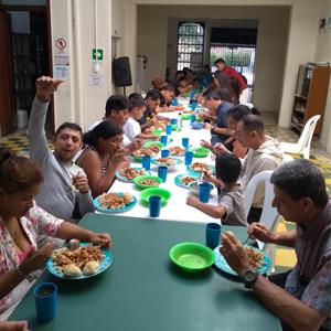 Foto de habitantes en situación de calle disfrutando el almuerzo entregado por el programa lazos