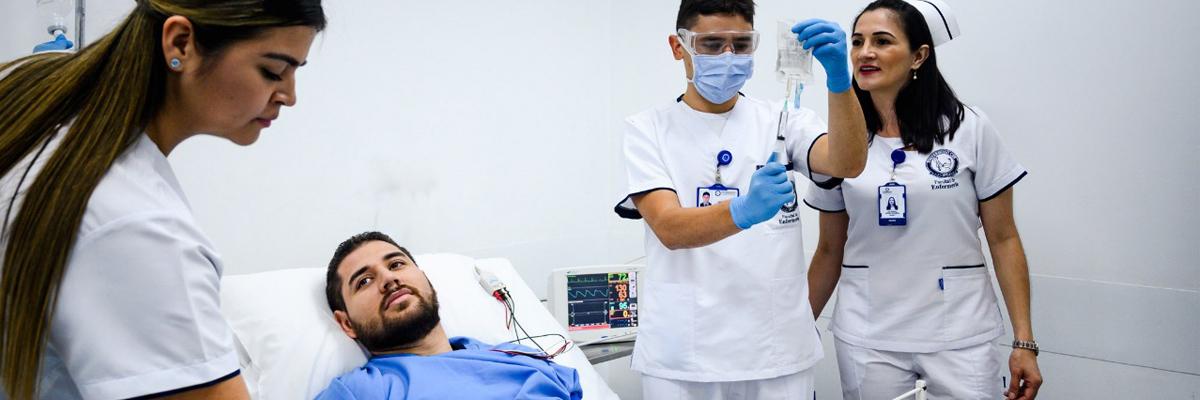 Fotografía de enfermeros CES atendiendo a un paciente