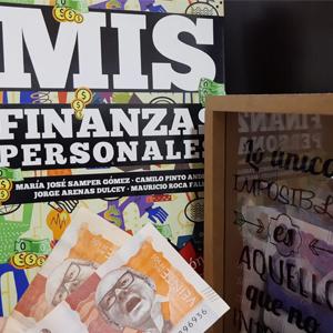 Fotografía de revista de finanzas junto con una alcancía
