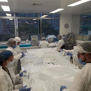 Fotografía de personal del CECIF en el laboratorio preparando geles antibacteriales