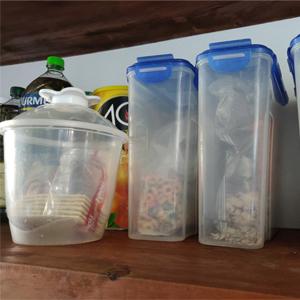 Fotografía de abarrotes dentro de tarros plásticos en la cocina