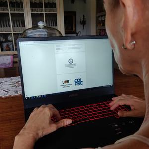 Empleada CES trabajando desde casa frente a un computador