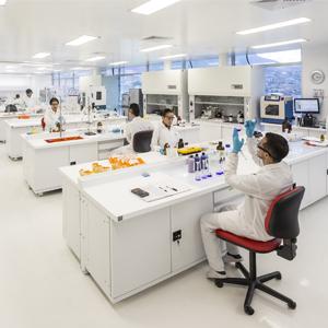 Fotografía del laboratorio y científicos del CECIF