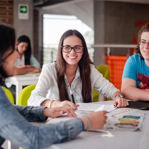 Fotografía de estudianmtes CES estudiando en las instalaciones de la Universidad