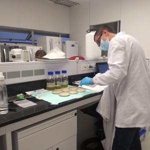 Fotografía de investigador de la Universidad CES en el laboratorio