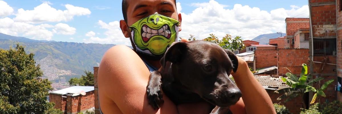 Fotografía de perro junto con su dueño recibiendo ayudas de comida para animales