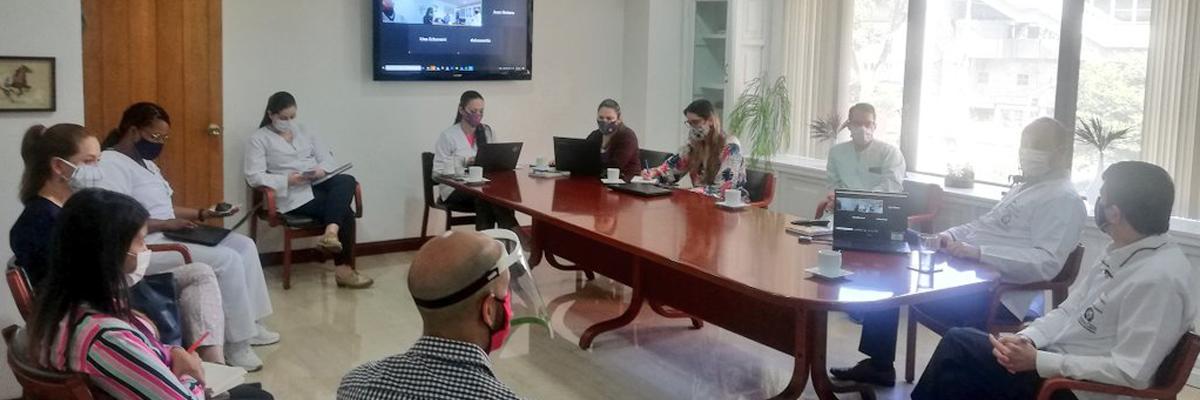 Fotografía del Dr. Carlos Alviar, en junta médica en la clínica CES