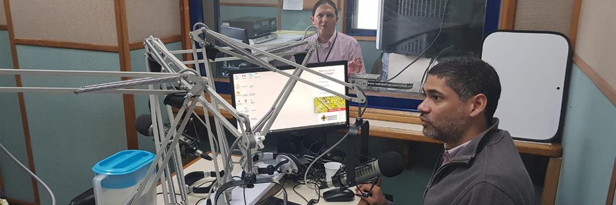 Foto de cabina de radio del programa voces del reino animal