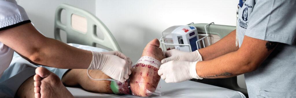 enfermeras tratanro una herida a un paciente