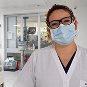 fotografía de una doctora dentro de la clínica ces