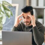 Imagen de hombre estresado frente a su computador