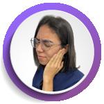 fotografía de mujer con dolor de oído