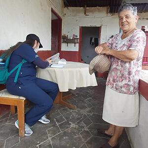 médica suministrando datos de una mujer mayor