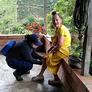 fotografía de un médica tratando una mujer mayor