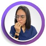 imagen de mujer comiéndose las uñas