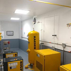 habitación con un cilindro de gas y unas cajas eléctricas
