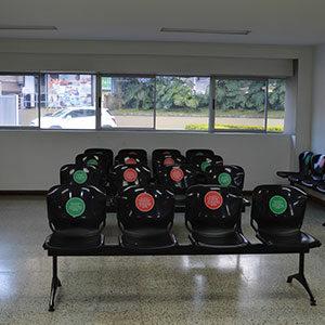 fotografía de la sala de espera de la ips ces sabaneta respetando el protocolo de seguridad