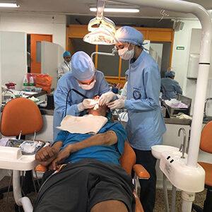 fotografía de dos especialistas revisando la boca de un paciente