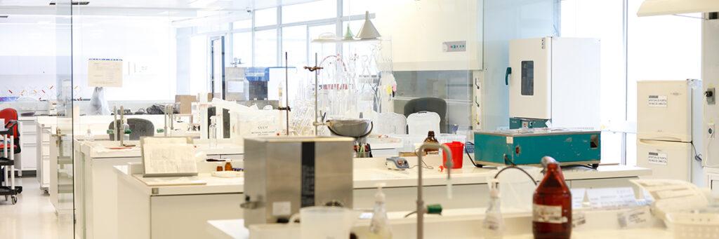 Fotografía de un laboratorio con bastantes utensilios