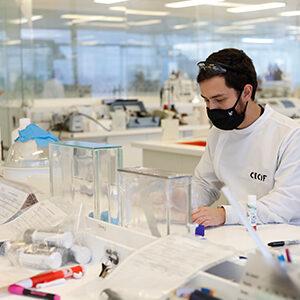 Fotografía de un especialista trabajando en un laboratorio