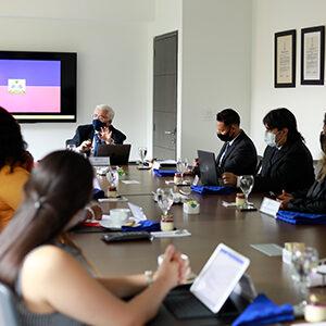 Fotografía de varias personas en una reunion, entre ellos el rector de la Universidad CES