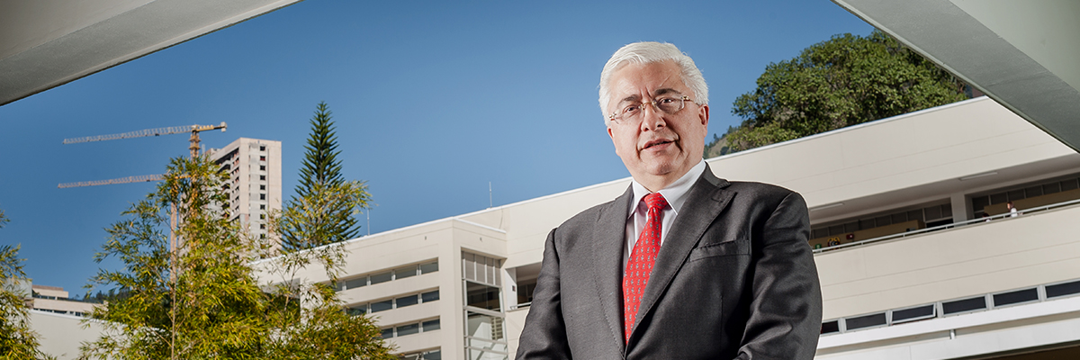 Fotografía del rector de la universidad CES