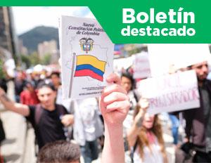 estudiantes alzando la constitución política de Colombia