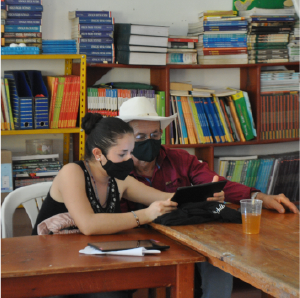 fotografía de una mujer y un señor leyendo en una tablet