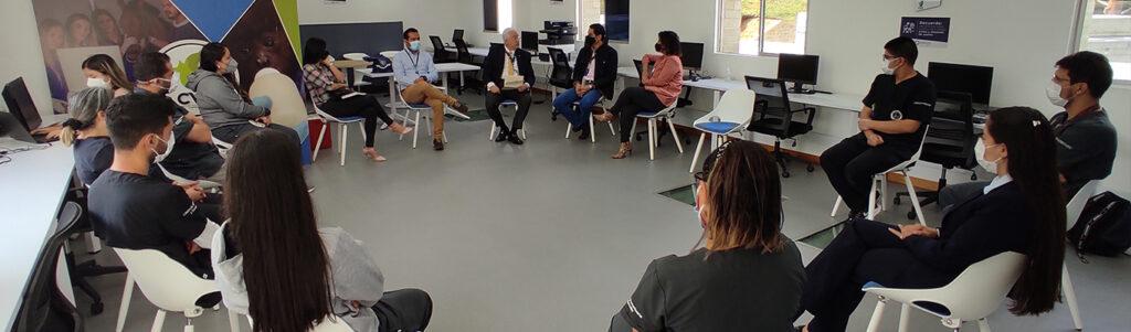 personas sentadas en círculo en la IPS CES Sabaneta