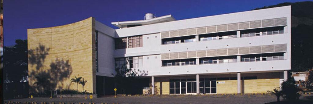 fotografía de edificio universitario ces