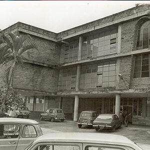 fotografía en blanco y negro de un edificio antiguo