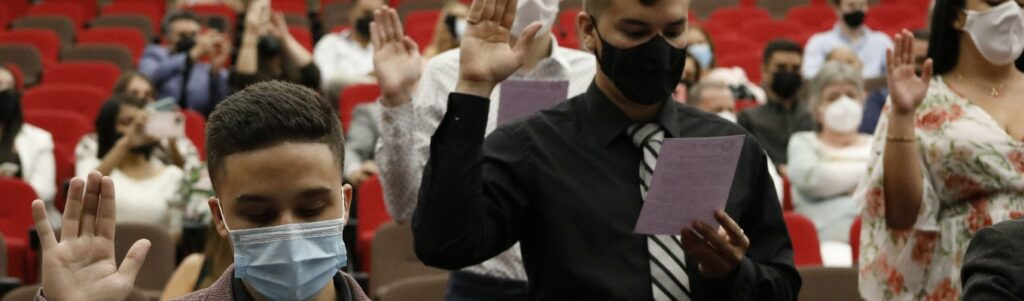 imagen de estudiantes en posición de juramento