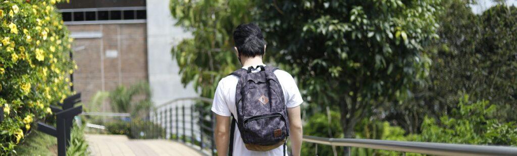 imagen de una persona caminando con una mochila en la espalda