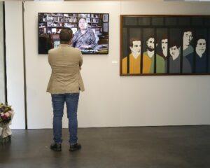 imagen de un hombre dando la espalda mirando unas pinturas