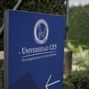 imagen de una baya pequeña con el logo de la universidad ces en fondo azul