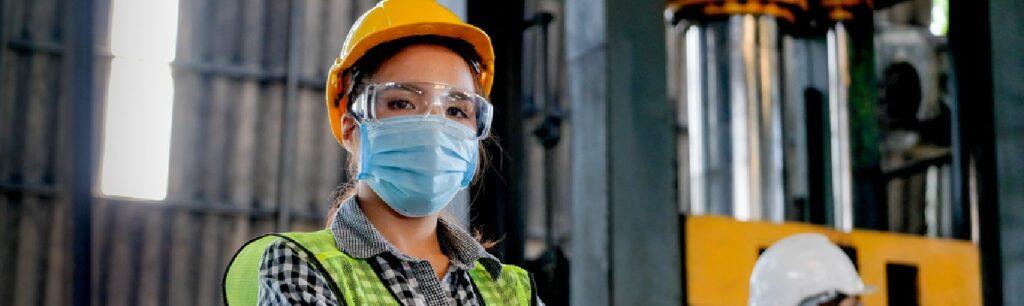 imagen de una mujer con dotación de seguridad