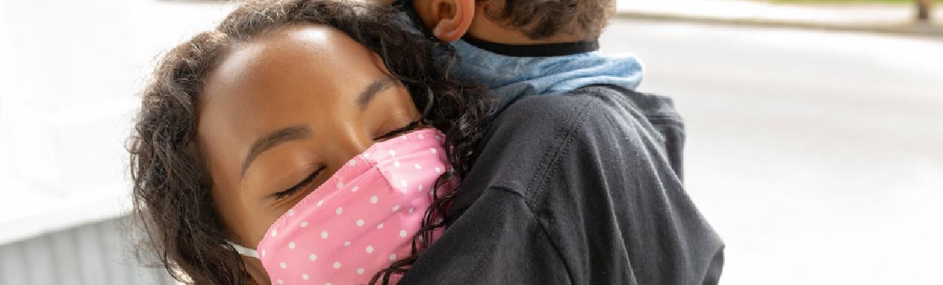 imagen de una mujer abrazando a un niño