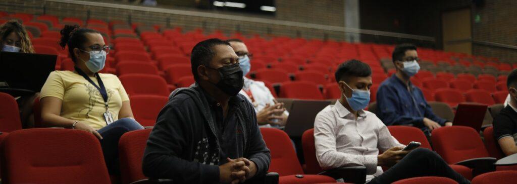 imagen de personas sentadas en un auditorio