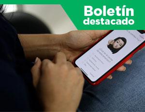 usuaria con la app Fellbox en su celular